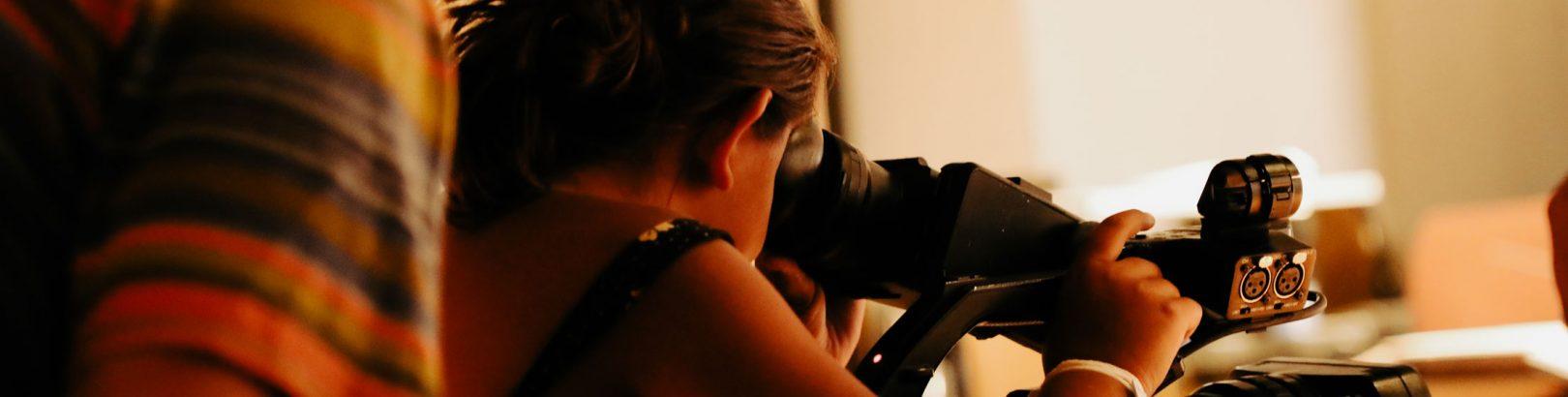 Photo d'une élève derrière caméra